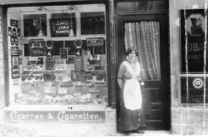 Ida Frenkel vor ihr erstes Tabakgeschäft in Ulm