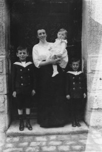 Selma Moos mit Paul, Rudolf und Richard (v.l.n.r.)