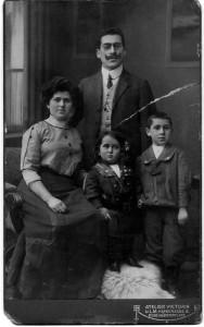 Ida und Jakob Frenkel mit den Söhnen Wilhelm und Adolf (ca. 1910)