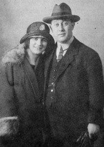 """Hilde und Felix Baer auf Hochzeitsreise, nachdem sie am 26.Dezember 1923 geheiratet hatten. (""""Child of Two Worlds"""", S. 112)"""
