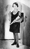 """Hannies erster Schultag in der Kepler-Schule, das war die Evangelische Mädchen- Grund- und Volksschule in der Keplerstraße 1, 21. April 1933. (""""Child of Two Worlds"""", S. 124)."""