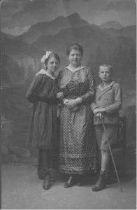 Otto mit Mutter und Schwester.