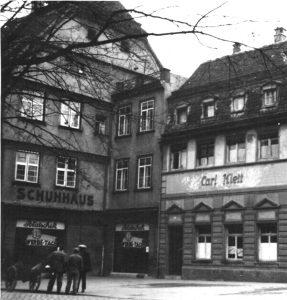 Links im Bild ist die der Schuhhausgasse zugewandte Seite des Schuhgeschäfts. Leider gibt es kein Bild von der Vorderseite des Geschäfts dem Münster gegenüber.