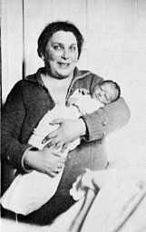 """Großmutter Emmy mit Hannie, am Tag von deren Geburt, in Ulm am 30. Dezember 1925. (""""Child of Two Worlds"""", S. 113)"""